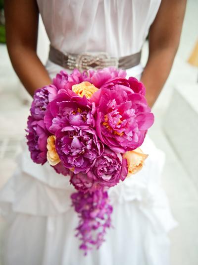Những bó hoa có phần cuống rủ sẽ hợp với cô dâu dáng người đầy đặn.