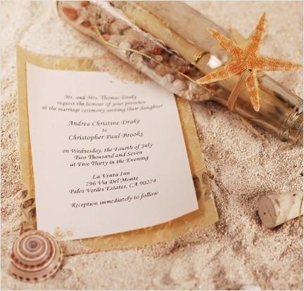 Nếu tổ chức tiệc cưới trên bãi biển bạn có thể sử dụng thiệp mời trong chai theo phong cách cổ điển