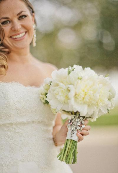 Bó hoa phải cân đối, không quá to hoặc không quá nhỏ so với vóc dáng cô dâu.
