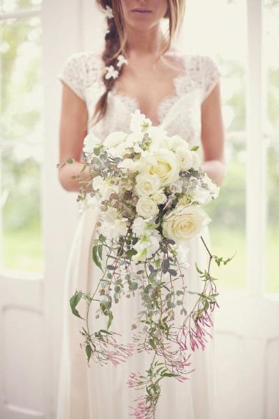 Cô dâu có thân hình mảnh mai dễ chọn hoa cưới vì phù hợp với hầu hết các kiểu hoa.
