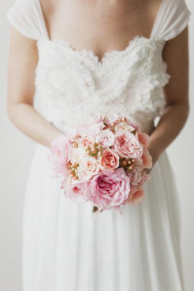Cô dâu nhỏ nhắn nên chọn những bó hoa xinh, vừa với tay cầm và vóc dáng.