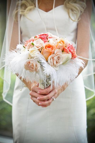 Bó hoa không nên quá to, sẽ che lấp cô dâu.